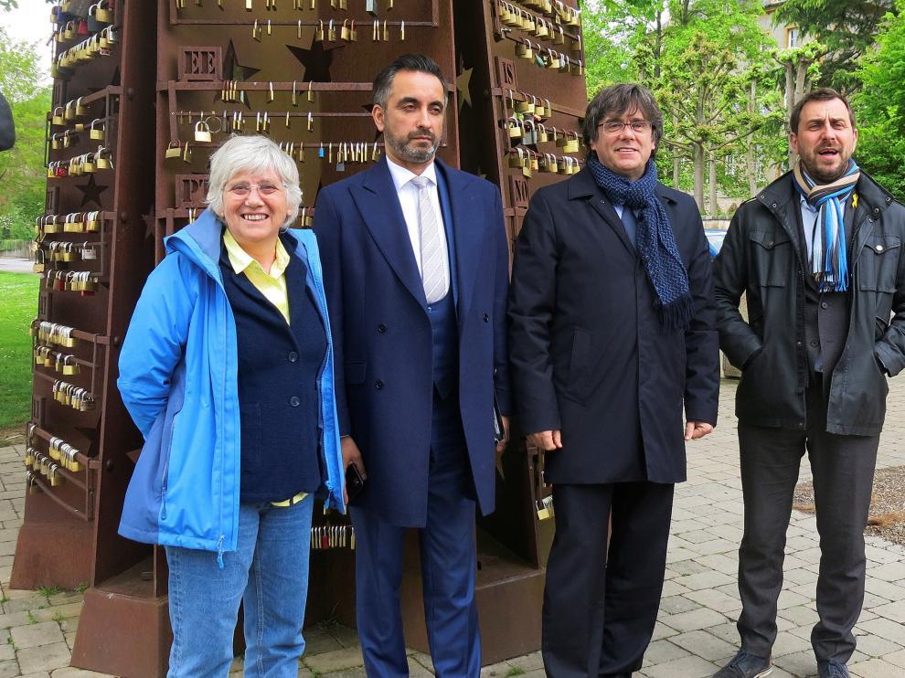 Carles Puigdemont con Clara Ponsatí, Antoni Comí, acompañados por su abogado.