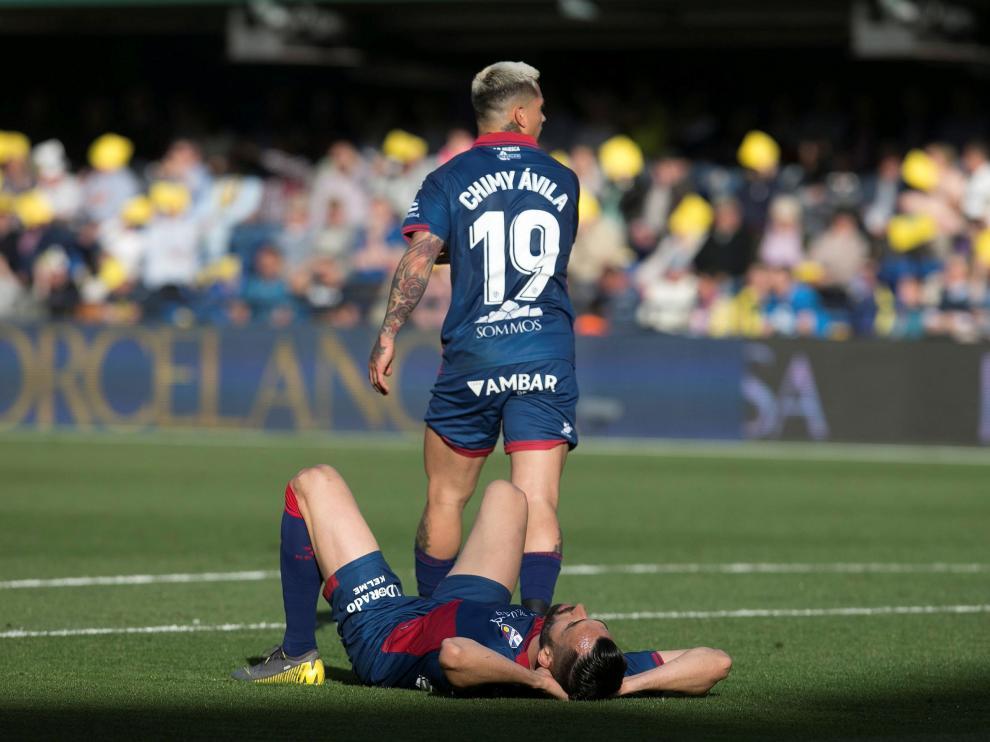 Chimy Ávila, de pie, y Enric Gallego, durante el partido de Villarreal.