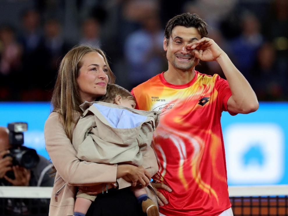 Un emocionado David Ferrer, este miércoles, junto a su mujer y su hijo.
