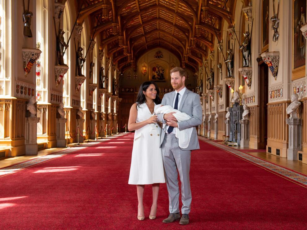 El príncipe Harry y Meghan presentan a bebé Sussex en sociedad.
