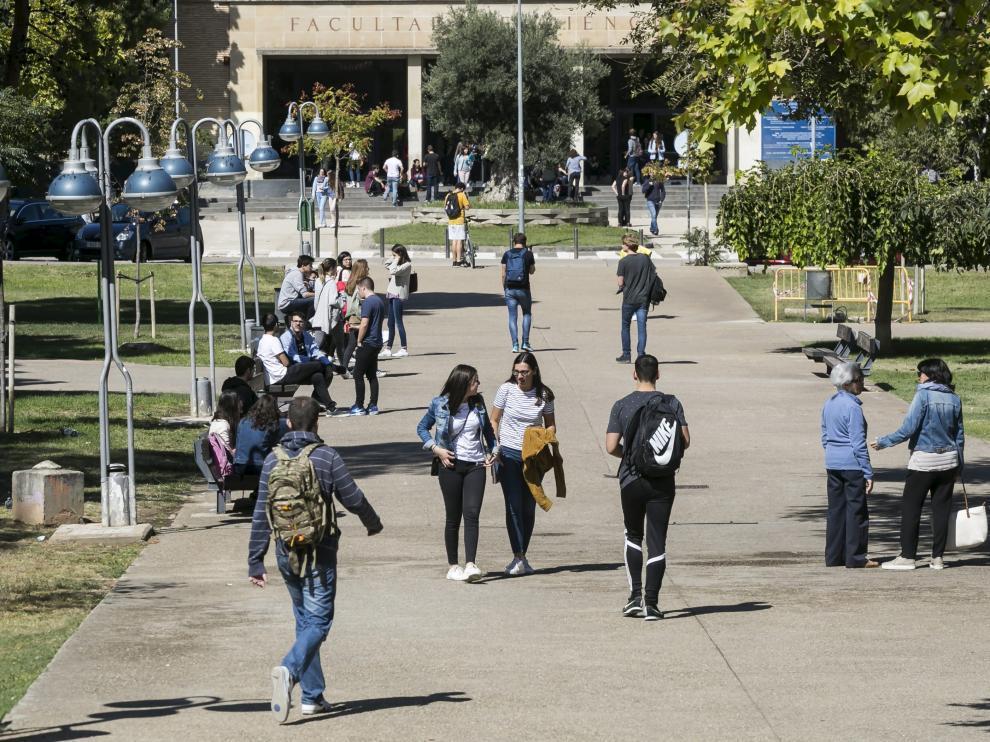 Estudiantes pasean por el campus de la plaza de San Francisco en Zaragoza