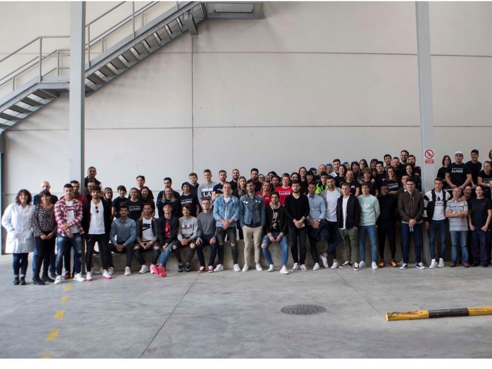 Los jugadores del Real Zaragoza posan con parte de los empleados de Saphir Parfums en la planta de Malpica este miércoles.