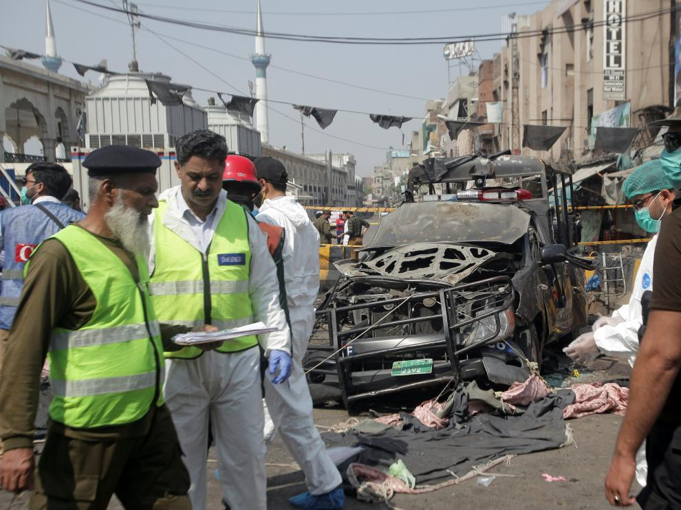 Security officials and members of a bomb disposal team survey the site after a blast in Lahore, Pakistan May 8, 2019. REUERS/Mohsin Raza [[[REUTERS VOCENTO]]] PAKISTAN-BLAST/
