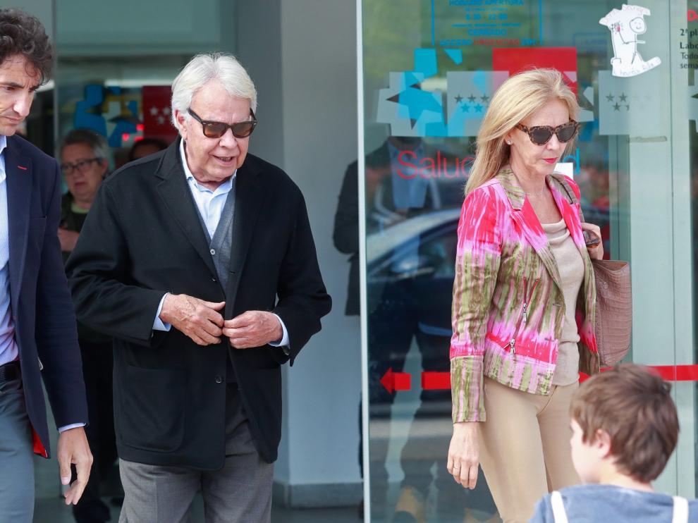 Felipe González, acompañado de su esposa, sale del hospital en el que está ingresado Rubalcaba.