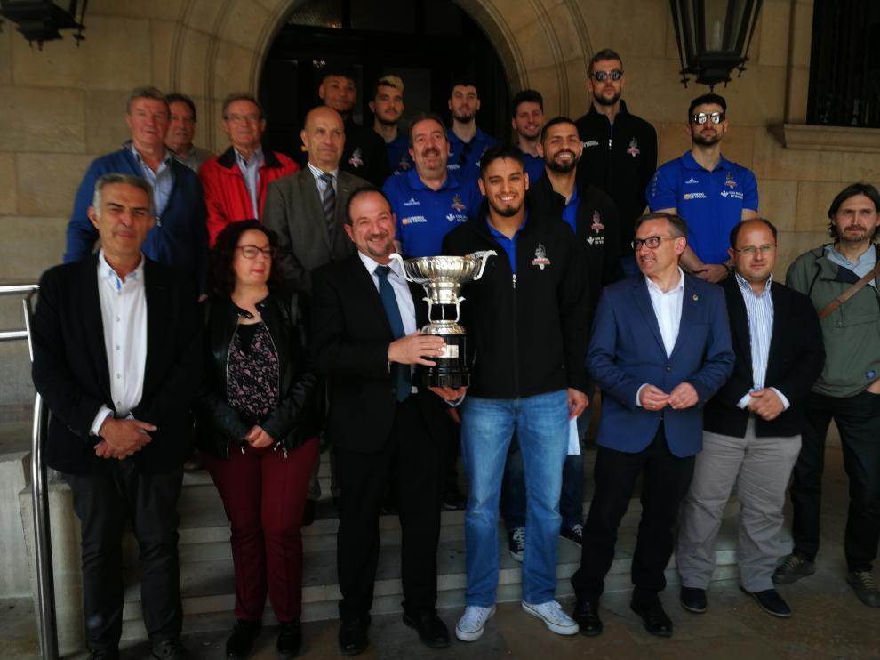 El presidente de la DPT, Ramón Millán, pos con el trofeo de la liga acompañado de jugadores y directivos del CV Teruel y de los portavoces de los distintos grupos políticos.