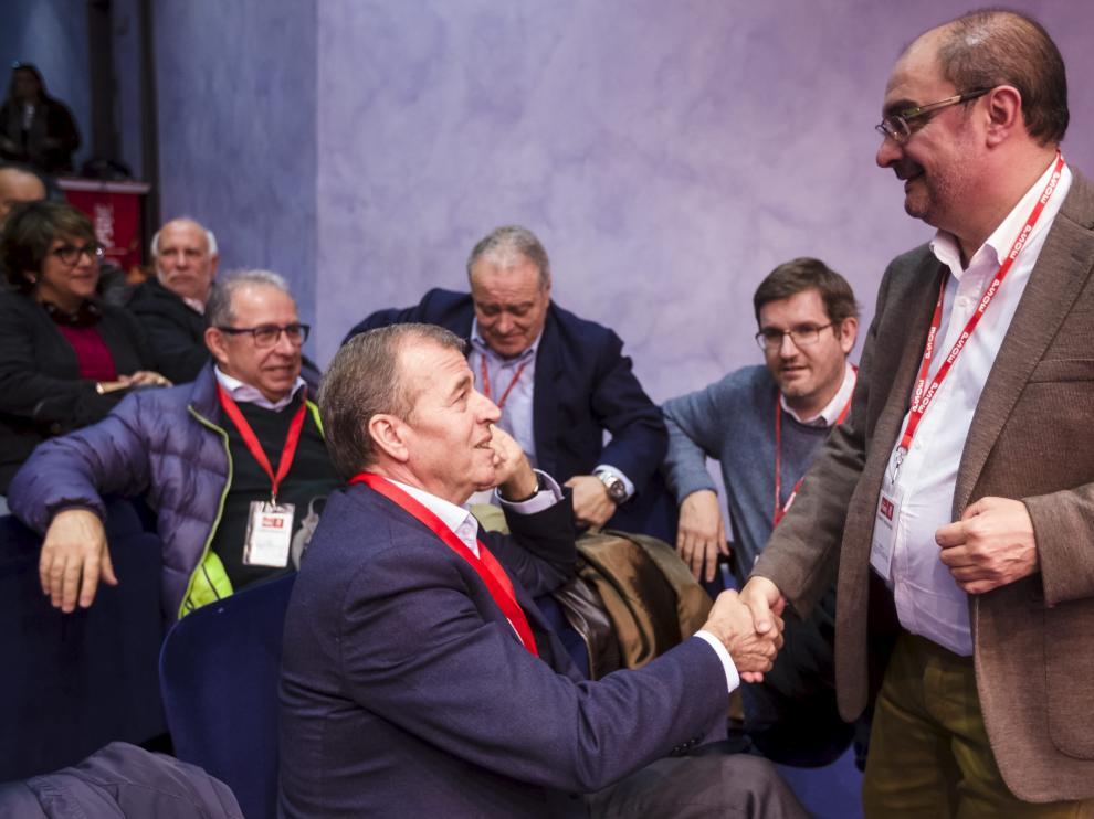 Javier Lambán y Antonio Cosculluela se saludan en febrero de 2017