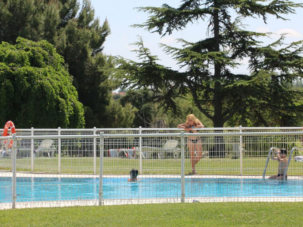 Piscina del camping municipal de Zaragoza, que ya ha comenzado la temporada de verano.