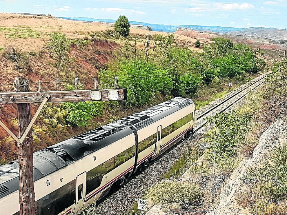 Un tren procedente de Valencia circula por las cercanías de la capital turolense.
