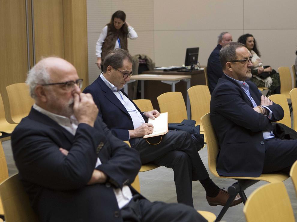 Carlos Esco (delante) en uno de los juicios del caso Plaza