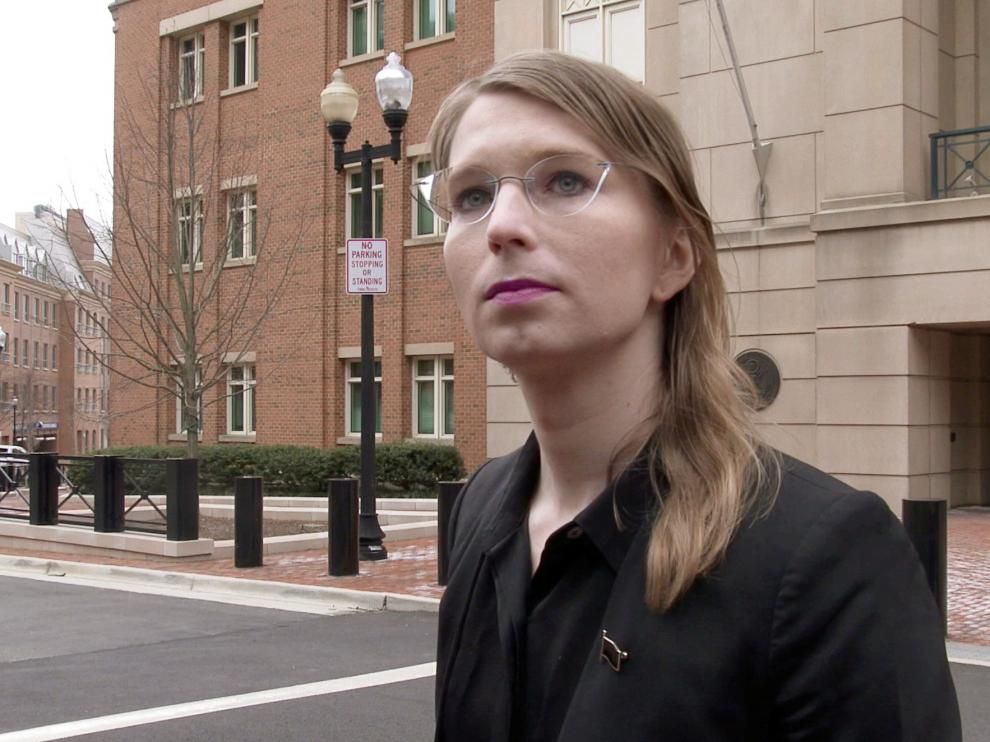 FILE PHOTO: Former U.S. Army intelligence analyst Chelsea Manning speaks to reporters outside the U.S. federal courthouse shortly before appearing before a federal judge and being taken into custody as he held her in contempt of court for refusing to testify before a federal grand jury in Alexandria, Virginia, U.S. March 8, 2019. MANDATORY CREDIT: REUTERS/Ford Fischer/News2Share/File Photo [[[REUTERS VOCENTO]]]