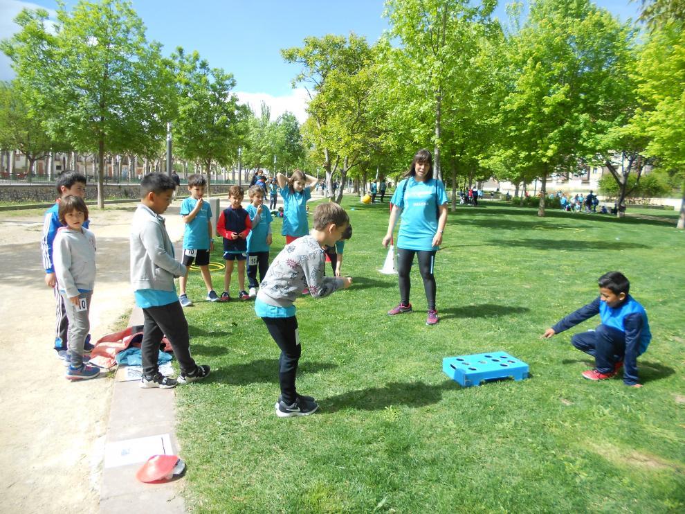 Los alumnos de 1º, 2º y 3º de Educación Primaria han completado un ejercicio de orientación en el parque de la Margen Izquierda.