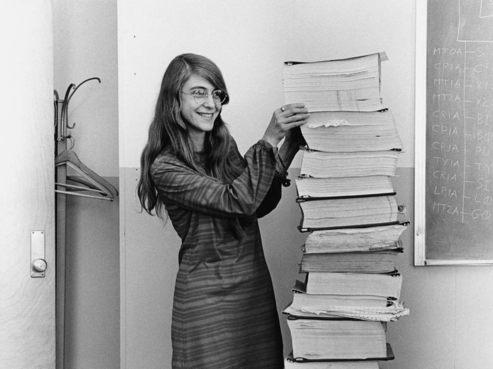 Margaret Hamilton, junto al código desarrollado por ella y su equipo para el Apolo 11.