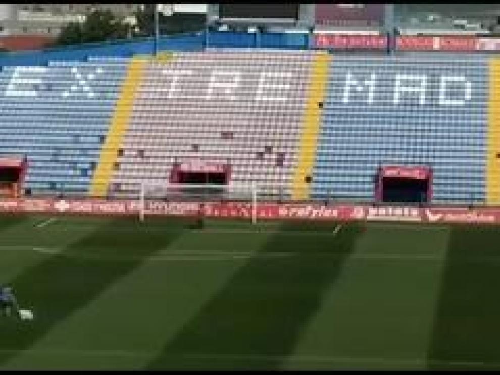 Desde el amanecer, media docena de operarios del Extremadura UD adecuan y dan los últimos toques al césped, a las marcas de las líneas, a la colocación de la publicidad y a la limpieza de los servicios del estadio.