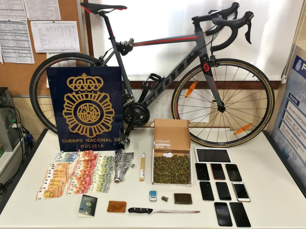 Bicicleta robada y otros materiales incautados en la operación policial contra un punto de venta de droga.