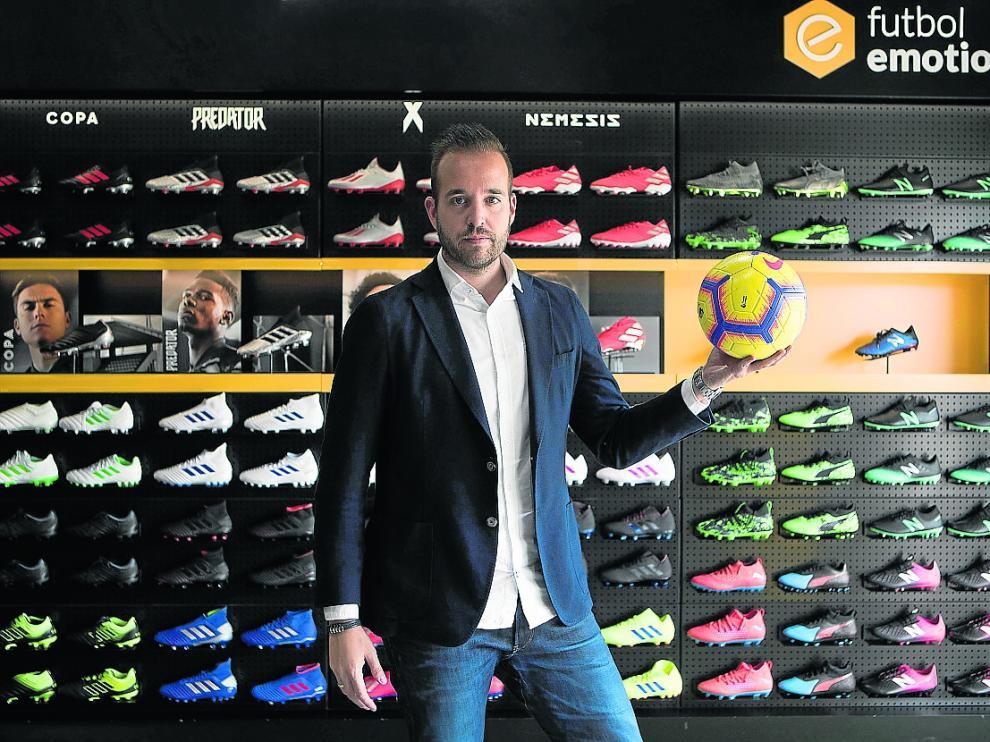Carlos Sánchez Broto, director general de Futbol Emotion, en la tienda de Puerto Venecia.