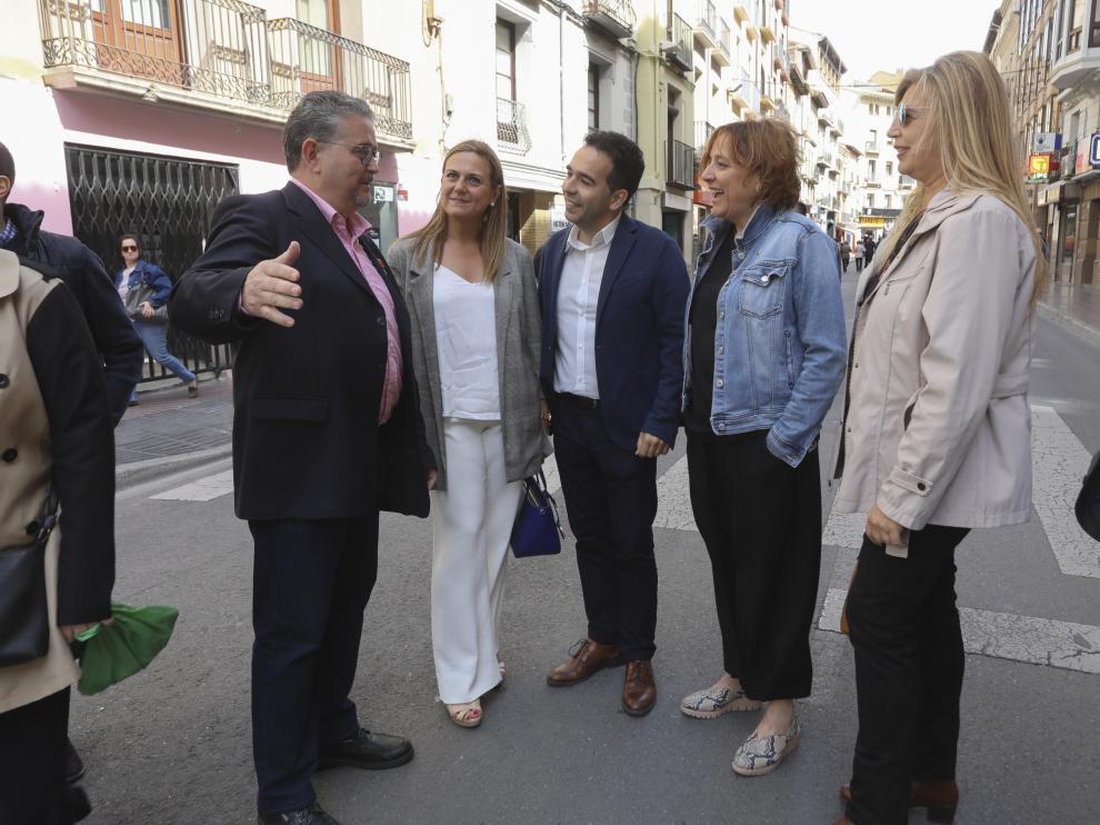 Fernando Carrera y Jesús Guerrero con otros candidatos del PAR en el Coso de Huesca.