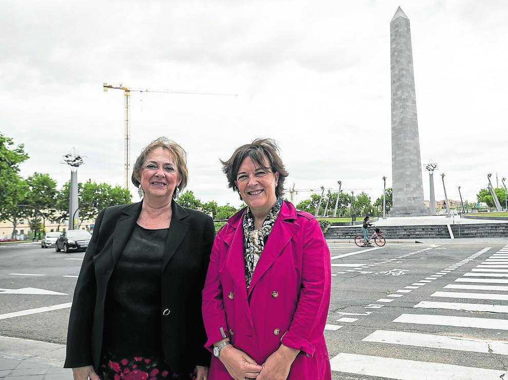 Verónica Lope (izda.) e Inés Ayala, en la plaza de Europa de Zaragoza. Esta próxima legislatura ya no formarán parte de la nueva composición del Parlamento Europeo.