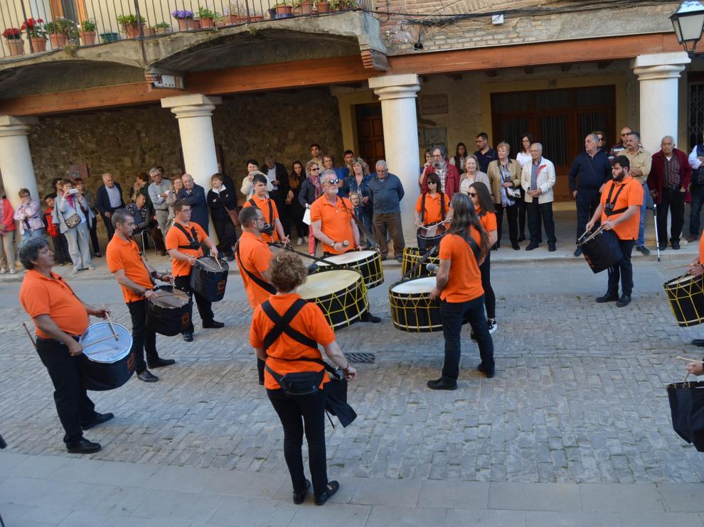Unos 150 tambores hacen retumbar la plaza Mayor de Fonz.