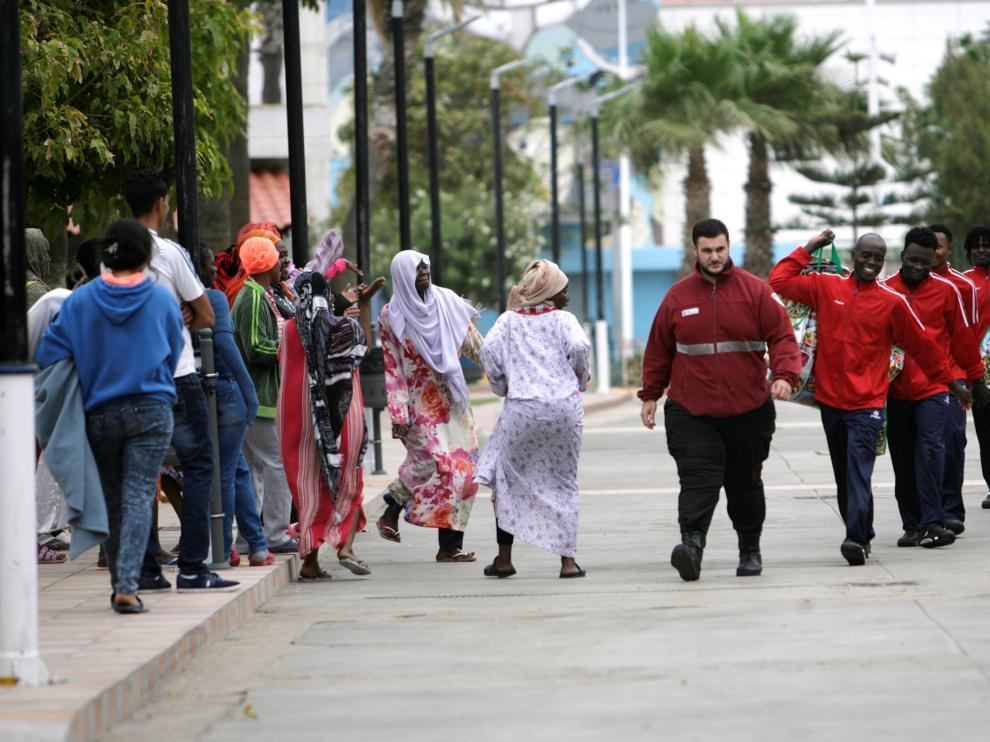 Algunos de los migrantes que han conseguido saltar la valla de Melilla.