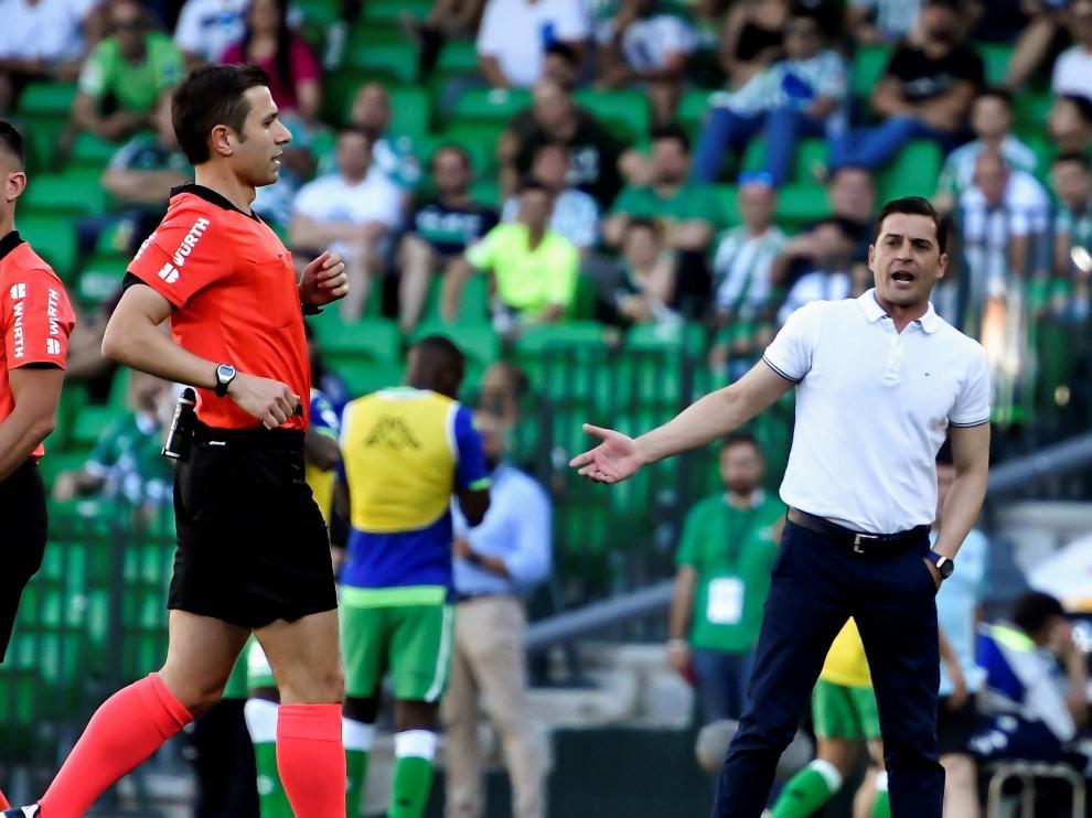 Francisco Rodríguez protesta una decisión del árbitro, en el partido contra el Betis.