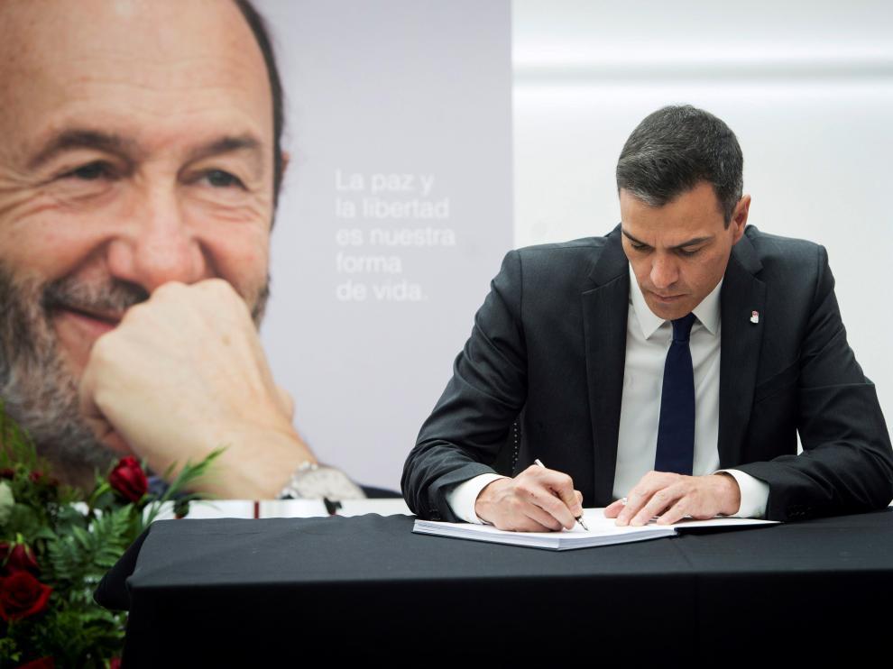 Pedro Sánchez firmando en el libro de condolencias de Rubalcaba.