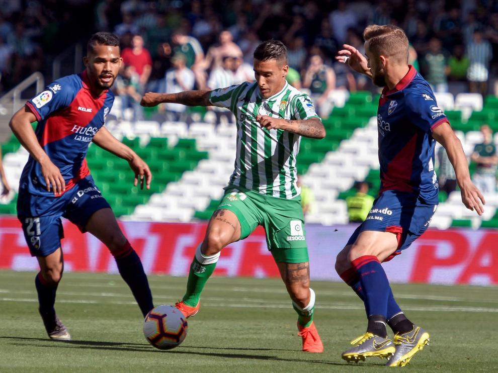 Tello disputa el balón con Herrera y Pulido.