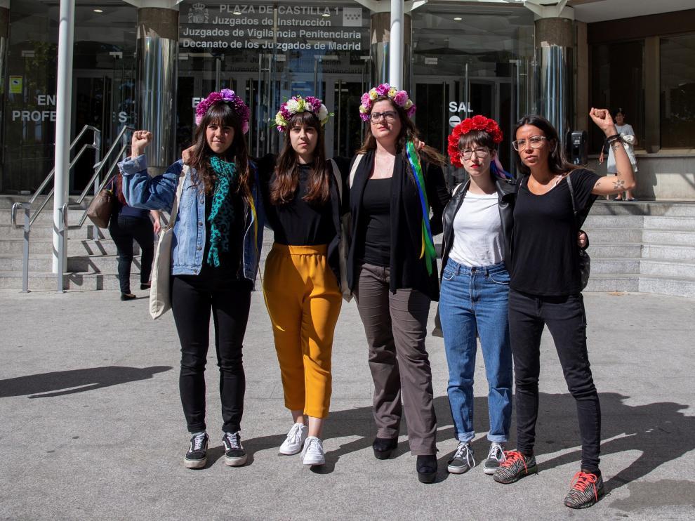 Activistas de Femen han protestado este lunes en la puerta del juzgado de la plaza de Castilla de Madrid por la detención el pasado sábado de la mujer de 44 años acusada de mantener a su hija menor alejada de su padre y sin escolarizar.