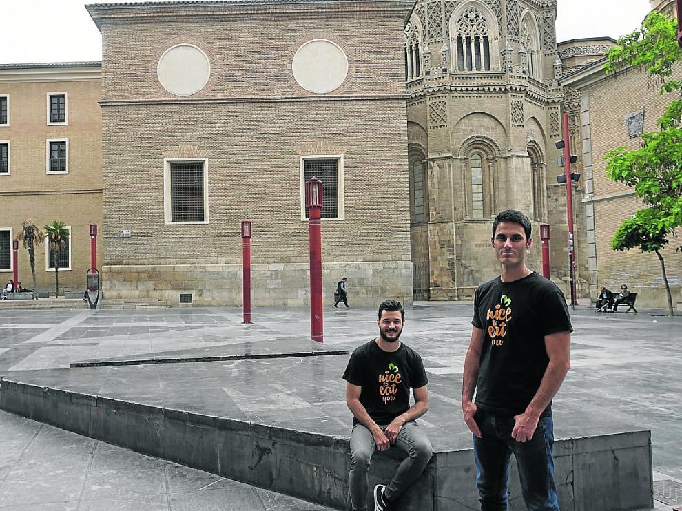 Adrián Espinosa (sentado) y Gabriel Ramas, dos de los impulsores de la iniciativa Nice to Eat You.