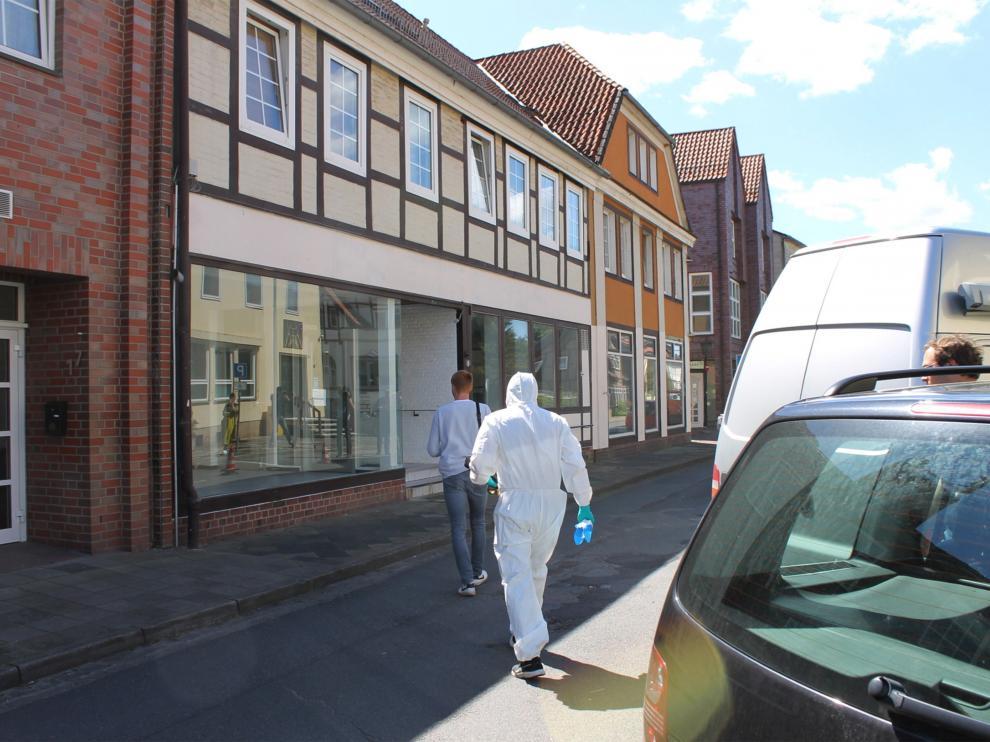 Agentes de policía caminan hacia un edificio, este lunes en Wittingen (Alemania)