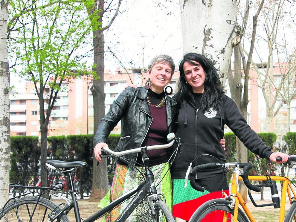 Edurne Caballero y Ana Santidrián junto a sus bicicletas, en Zaragoza.