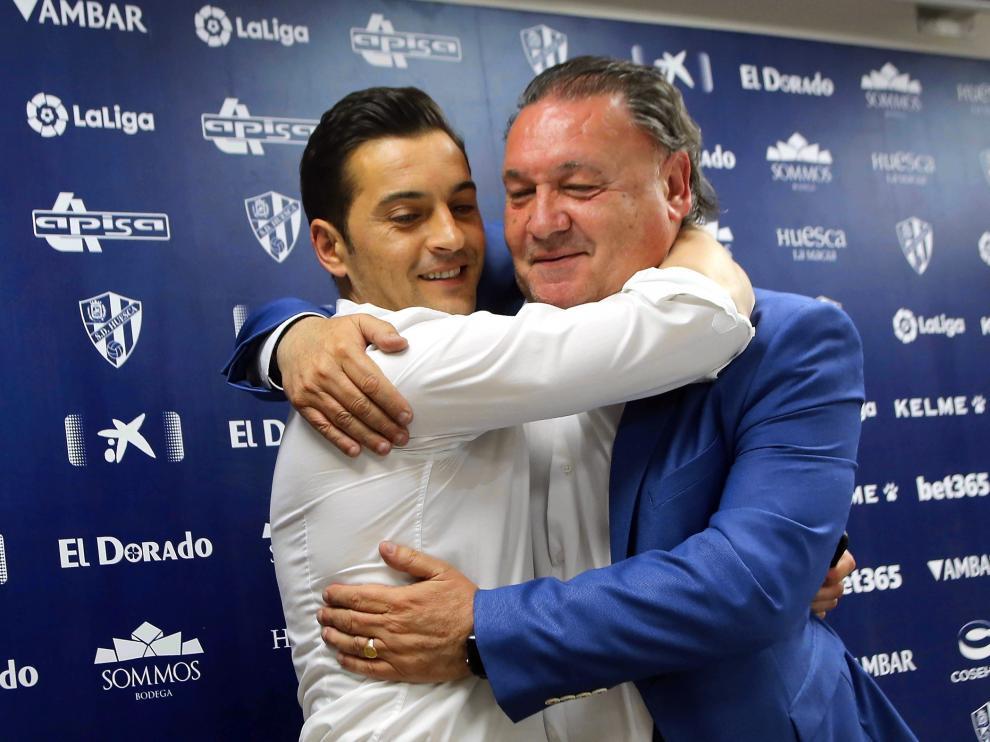 Francisco Rodríguez y Agustín Lasaosa se dan un abrazo.