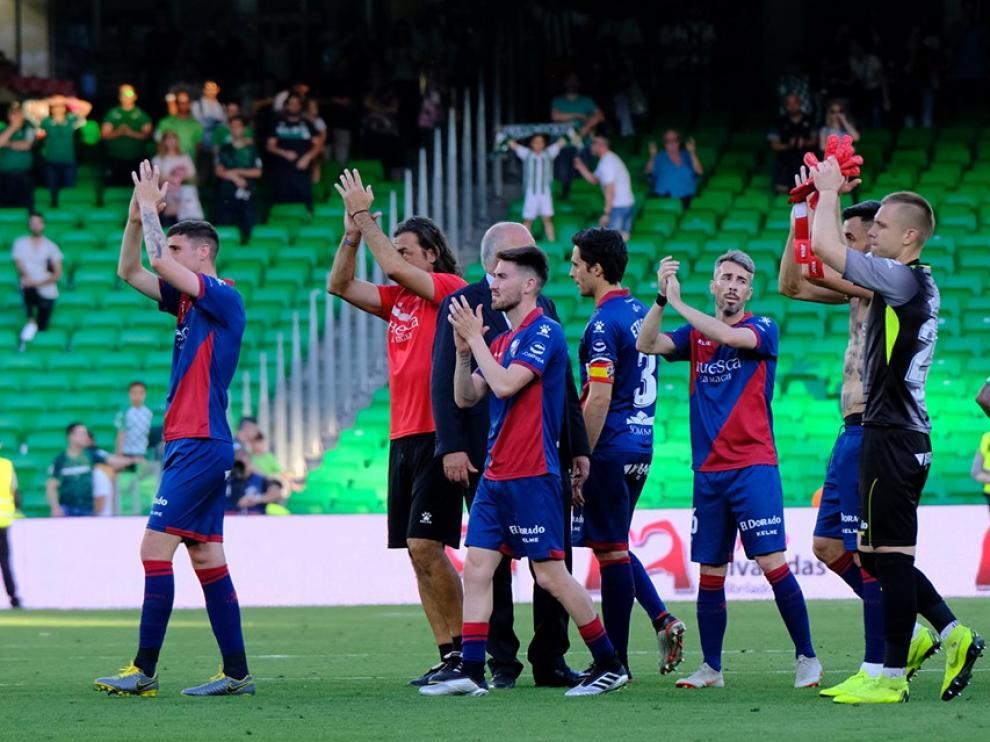 Jovanovic saluda a la afición, junto a varios de sus compañeros, tras el partido con el Betis.