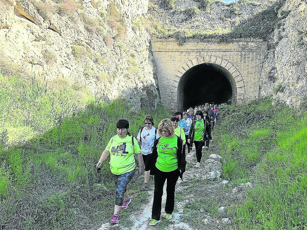 Participantes en la IX Marcha por la Vía Verde entre las antiguas estaciones de Babastro y Selgua.