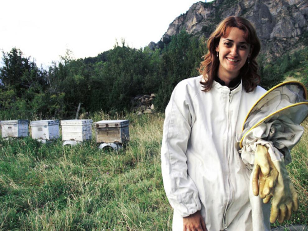 María Cruz y su marido, Santi del Río, junto a las colmenas Oz Miel Artesanal del Pirineo.