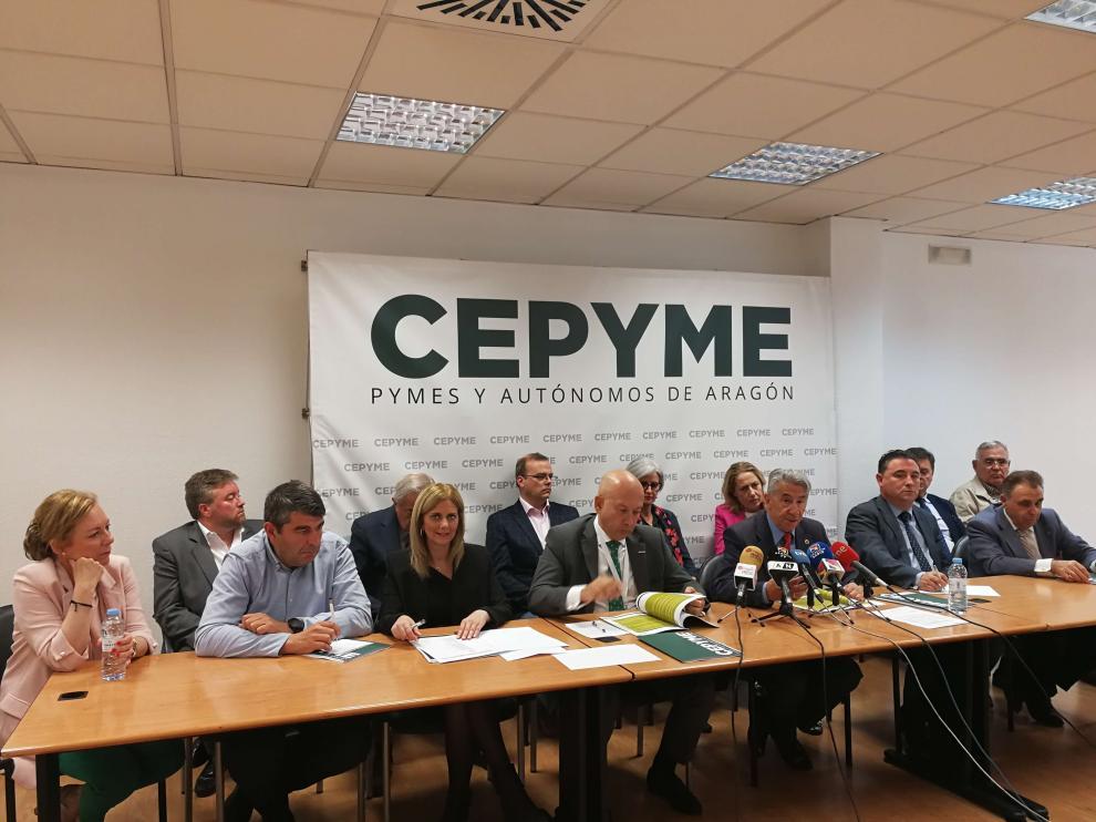 Los máximos responsables de Cepyme Aragón, con Aurelio López de Hita a la cabeza, presentando el informe 'La pyme, esencia del tejido social aragonés'