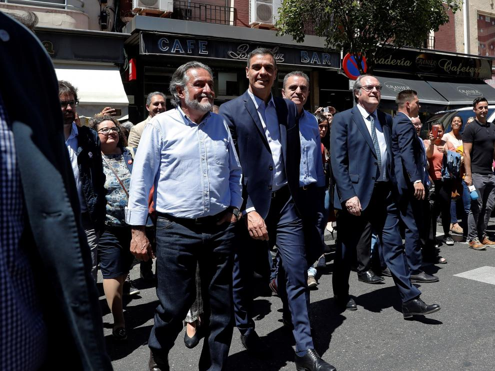 Pedro Sánchez durante un paseo por Vallecas, acompañado por los dos candidatos del PSOE a la Comunidad de Madrid, Ángel Gabilondo, y al Ayuntamiento de la capital, Pepu Hernández.