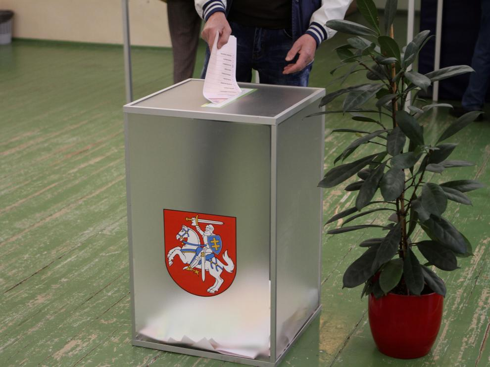 Vilnius (Lithuania), 12/05/2019.- A man votes during presidental elections in Vilnius, Lithuania, 12 May 2019. Nine candidates are seeking to succeed incumbent president Dalia Grybauskaite retiring after two terms of office. (Elecciones, Lituania) EFE/EPA/VALDA KALNINA Presidential elections in Lithuania