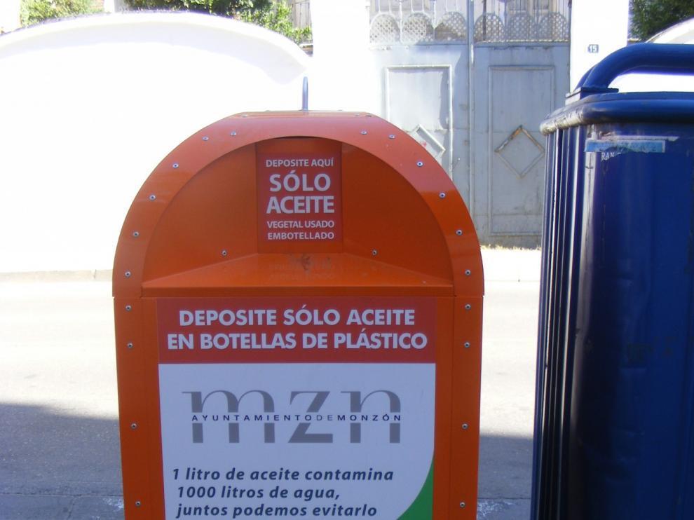 El aceite debe depositarse en los contenedores dentro de botellas o garrafas de plástico.