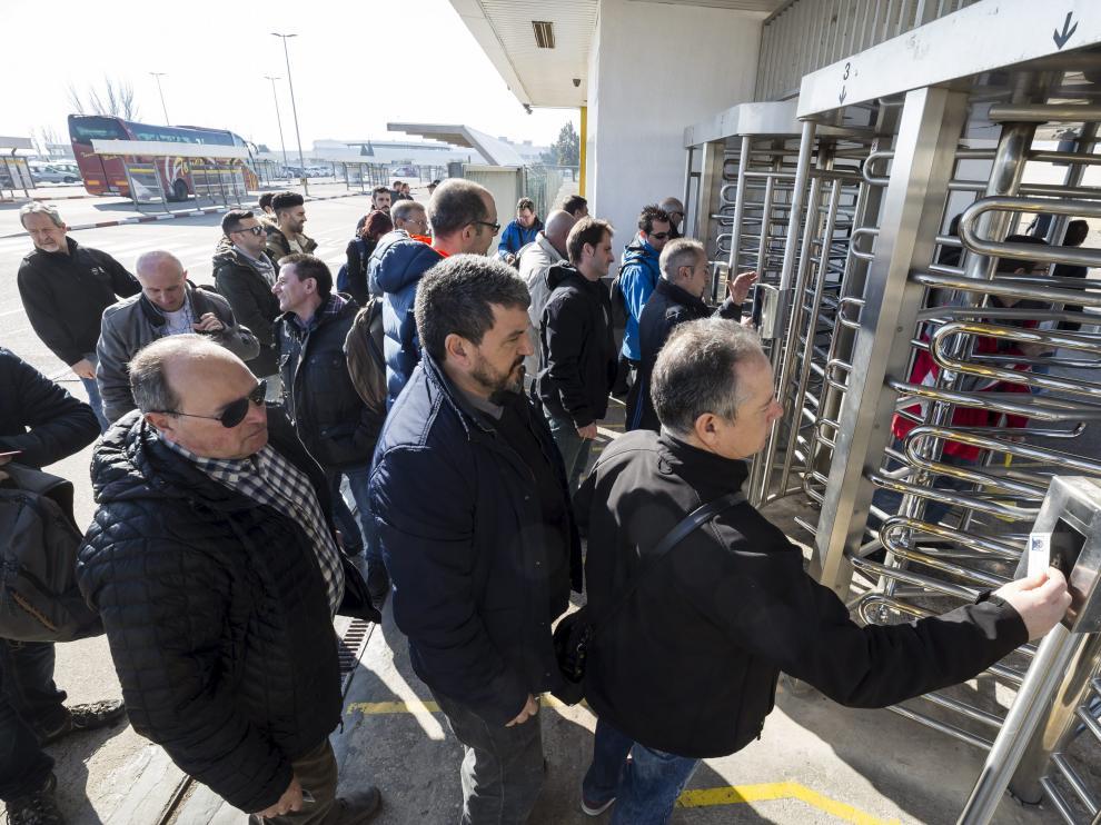 Trabajadores fichan a la entrada de la planta de Opel en Figueruelas.