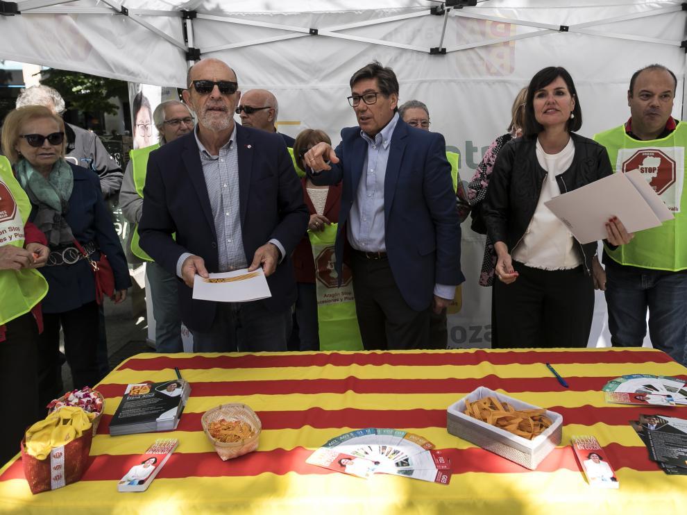 Arturo Aliaga y Elena Allué han firmado ante la Asociación Aragón Stop Sucesiones y Plusvalía, su compromiso para suprimir el impuesto de sucesiones y de plusvalía mortis causa.