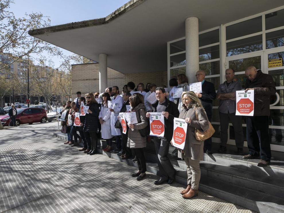 Una de las concentraciones que todos los viernes hacen los trabajadores del centro de salud de Univérsitas.