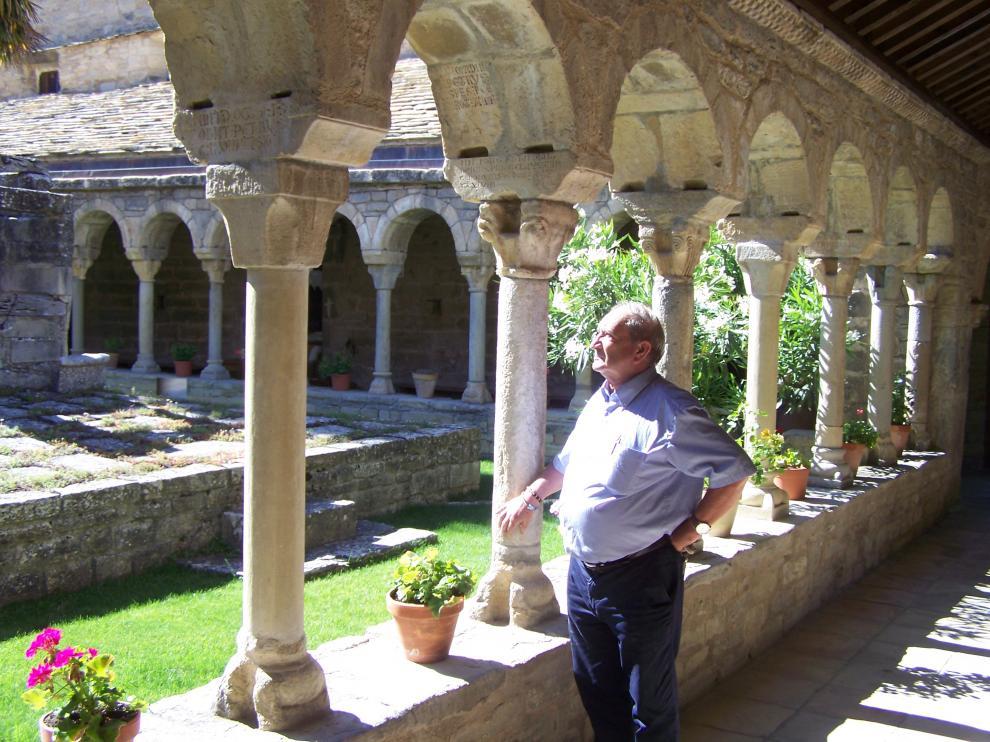 El sacerdote Aurelio Ricou, en los claustros de la catedral de Roda de Isábena.