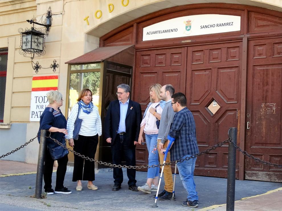 Fernando Carrera y otros candidatos del PAR delante de la entrada del Sancho Ramírez.
