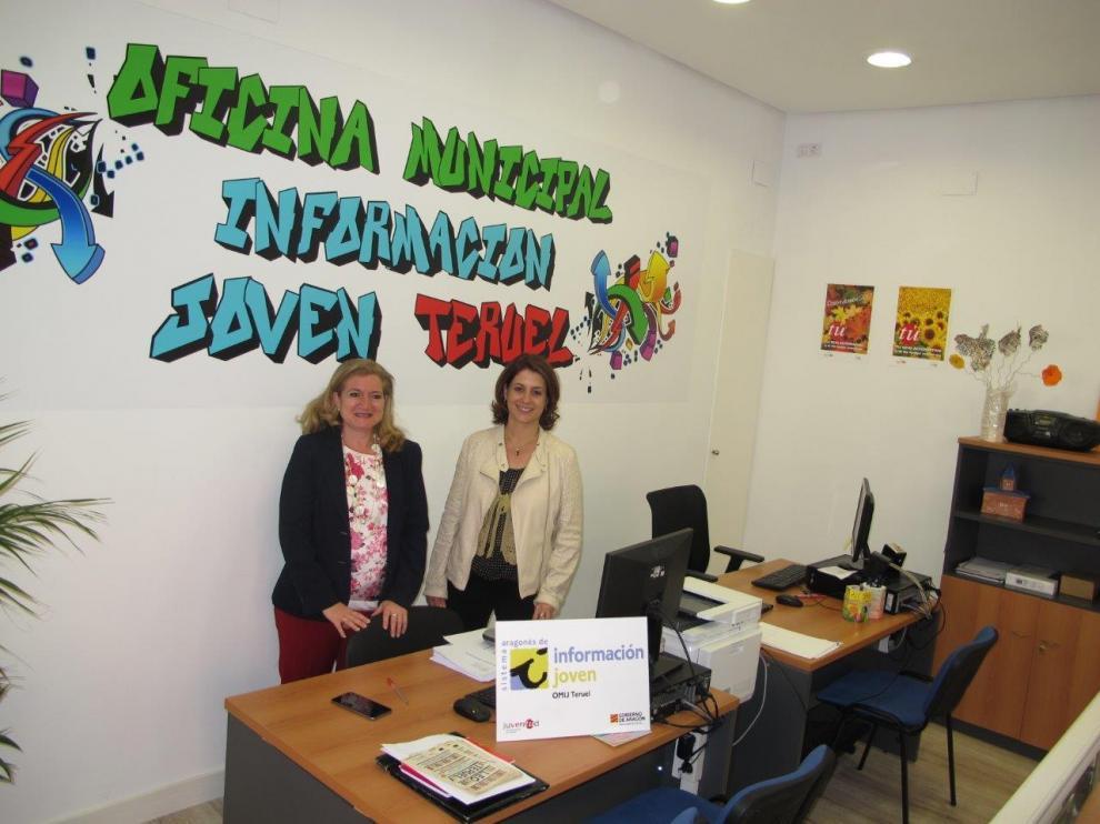 La alcaldesa de Teruel, Emma Buj, a la derecha, y la concejala Mari Carmen Muñoz.