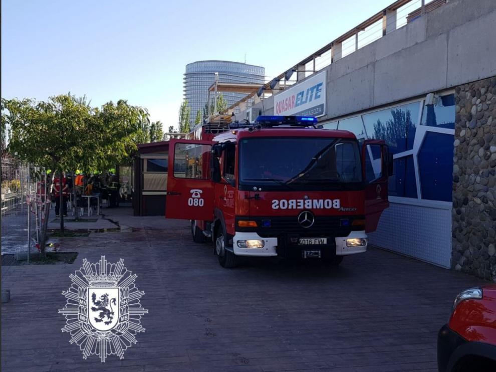 Lugar del suceso al que han acudido los Bomberos de Zaragoza para apagar el fuego.