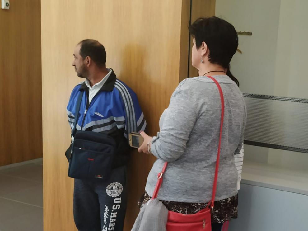 El acusado, Abraham N. B., antes del juicio, en los pasillos de la Audiencia de Zaragoza.
