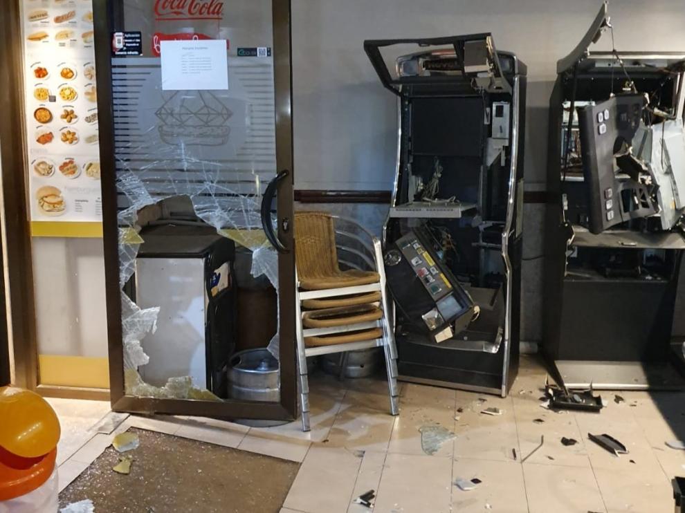 Los ladrones reventaron la puerta del bar y luego forzaron las dos tragaperras para llevarse la recaudación.