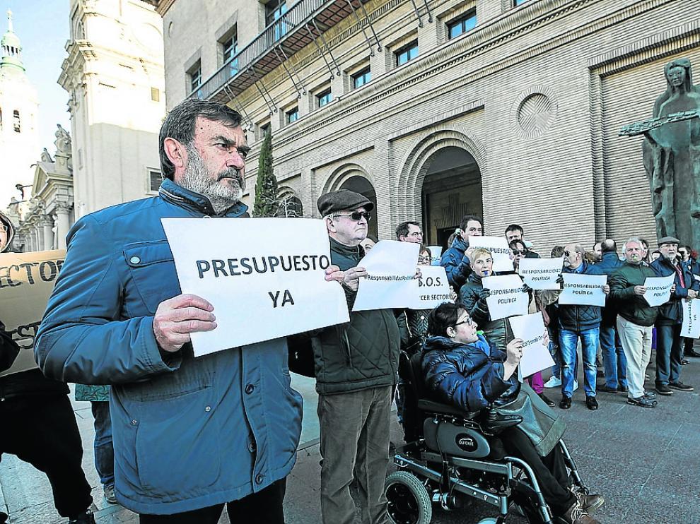 Modificación presupuestaria. El Ayuntamiento de Zaragoza aprobó el 10 de abril una modificación del presupuesto prorrogado por valor de 23,6 millones de euros, de los que 4,5 millones eran para aplicar la subida del 2,25% del salario de los funcionarios. En total, se crearon 170 nuevas partidas que se financian con cargo a otras 86 del presupuesto prorrogado, así como de mayores ingresos de los previstos para el ejercicio. La aprobación fue inicial y tras el periodo de alegaciones el expediente debe volver al pleno, que salvo cambios de fecha está previsto para el 27 de mayo.