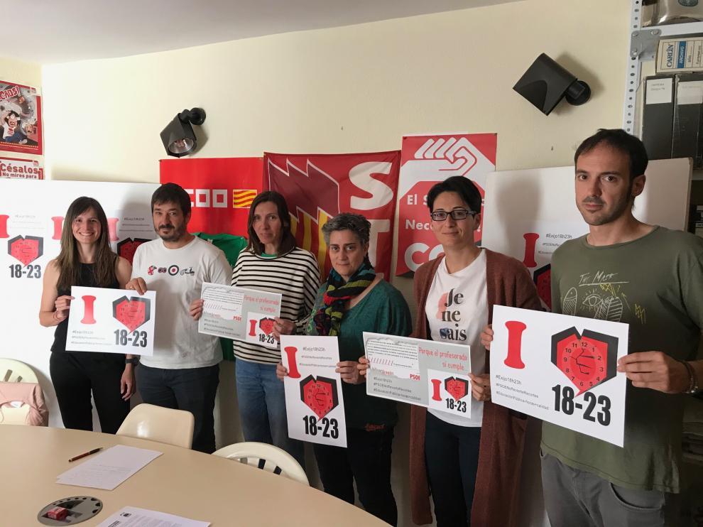 Representantes de los tres sindicatos convocantes muestran los carteles de la huelga.