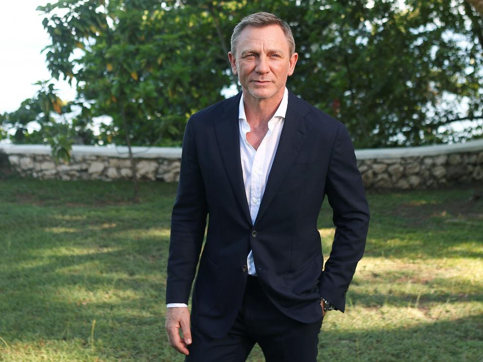 """Actor Daniel Craig poses for a picture during a photocall for the British spy franchise's 25th film set for release next year, titled """"Bond 25"""" in Oracabessa, Jamaica April 25, 2019. REUTERS/Gilbert Bellamy [[[REUTERS VOCENTO]]] FILM-JAMES BOND/"""